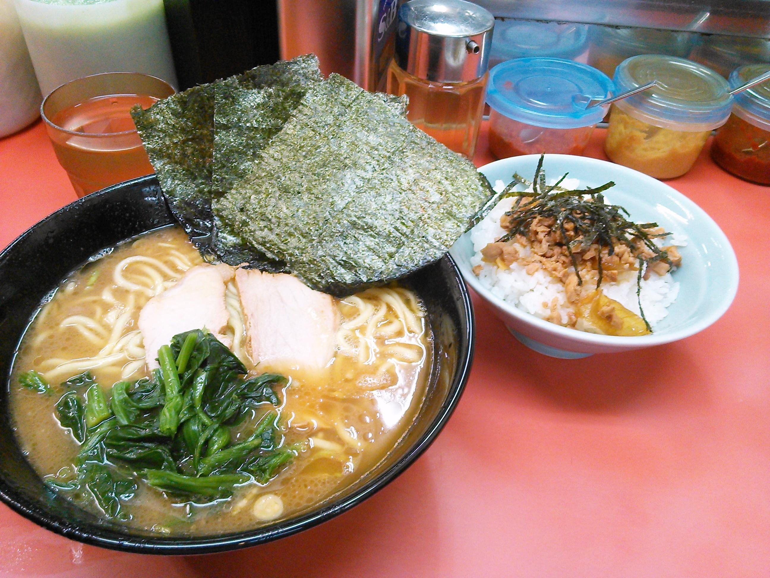 杉田家の家系ラーメンとチャーシューまぶしご飯