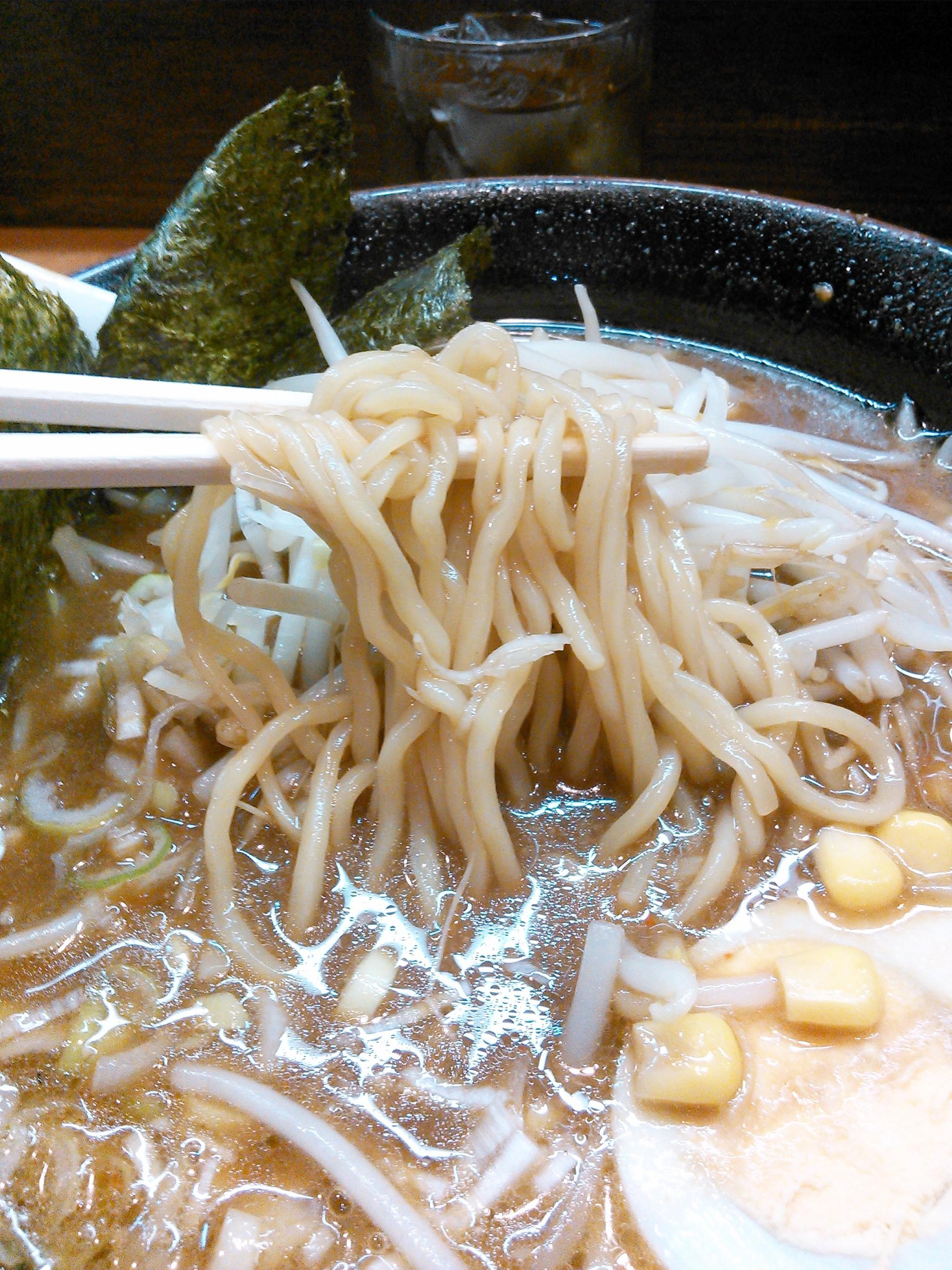 くるまやラーメン大仁店の黒こがし味噌ラーメンの中太の麺