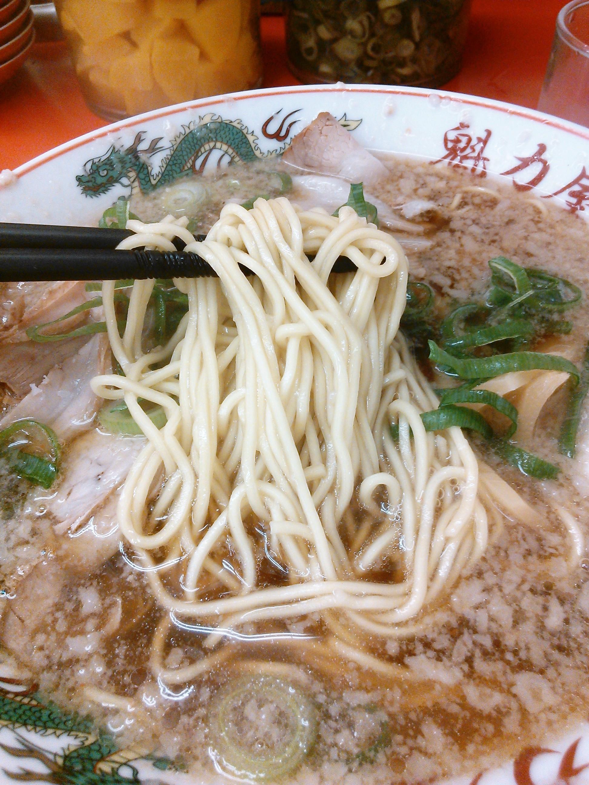 京都北白川元祖背脂醤油ラーメン・魁力屋の特製醤油ラーメンは細麺