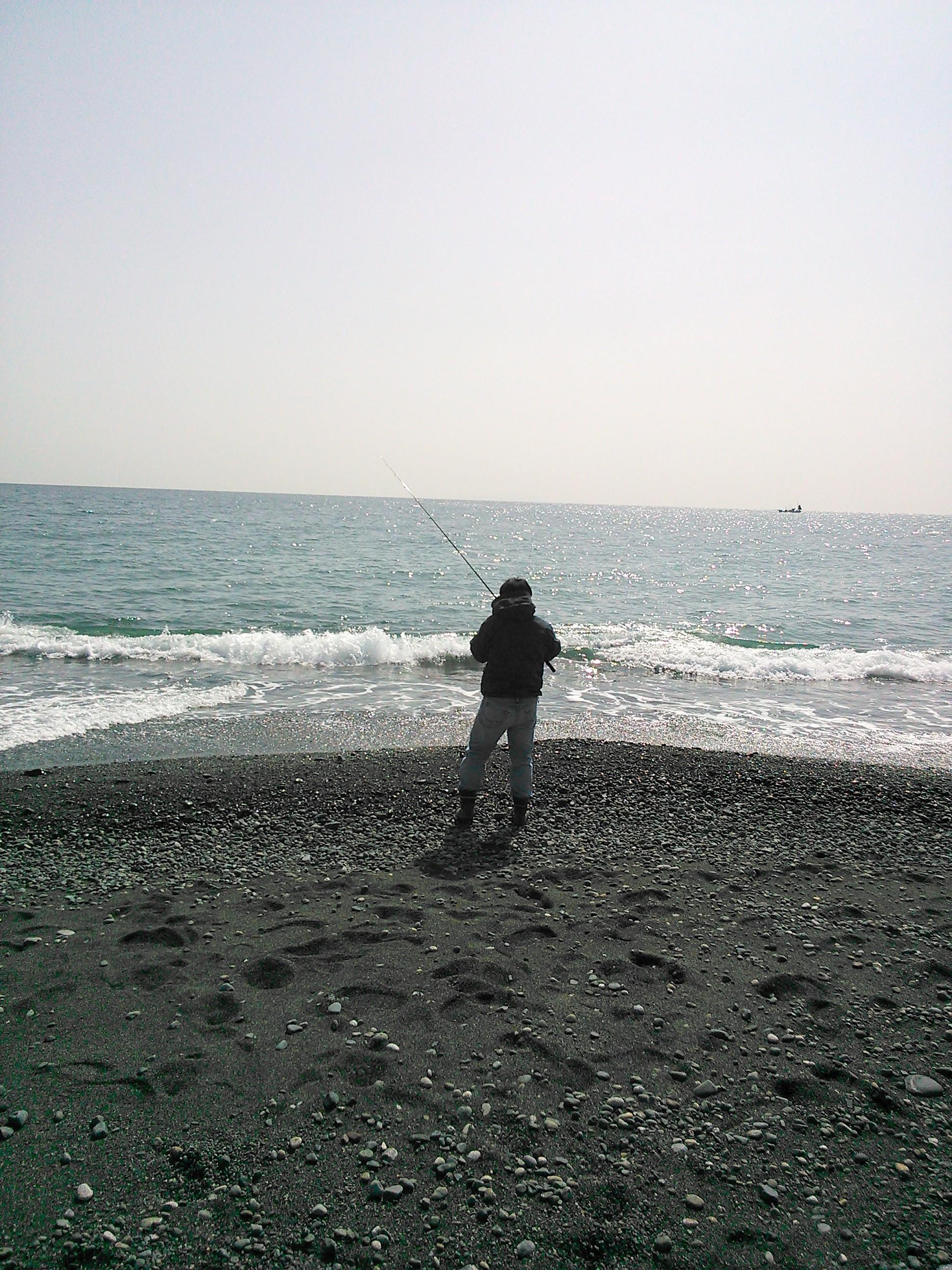 国府津海岸で竿を振る佐藤オキアミ