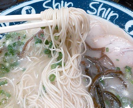 ShinShin博多デイトス店の博多純情ラーメンはストレート細麺