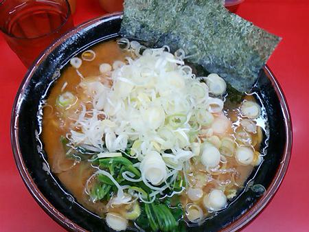磯子・杉田家のラーメン中盛りに朝ネギ、油多め、麺硬め