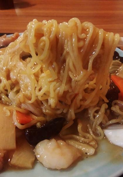 龍門の五目やきそば麺に絡みつく濃厚醤油餡