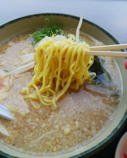 にんたまラーメンは中太麺