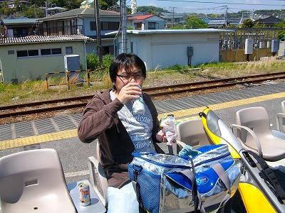 ビールと柿ピーを電車の待ち時間に楽しむ佐藤オキアミ