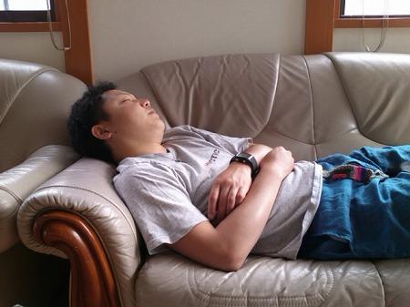 疲れでソファーで熟睡してしまったオダ マルソウダ