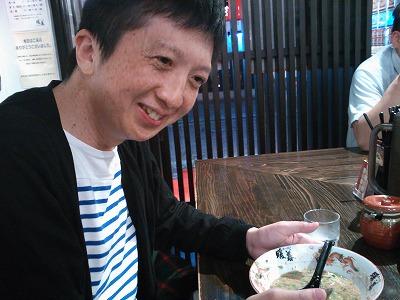 デブの旺盛な食欲を目にし、あからさまに呆れている和田アン肝氏