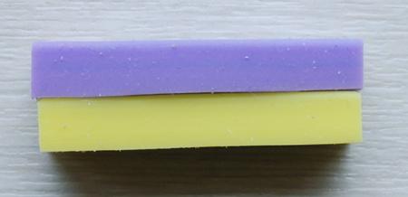 スライスした違う色の消しゴムと接着剤でくっつける
