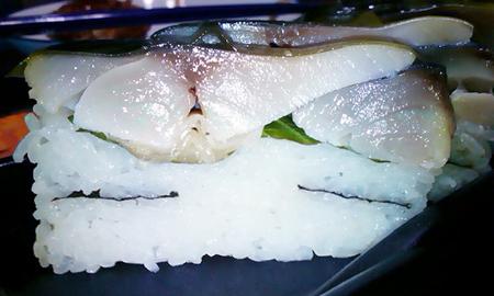 ちよだ鮨のさば棒鮨 銀を横から見るとブ厚さがよくわかる