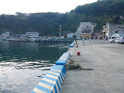 広大な真鶴港の堤防