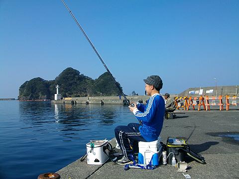 良型魚の引きを楽しんでいるオダ マルソウダ