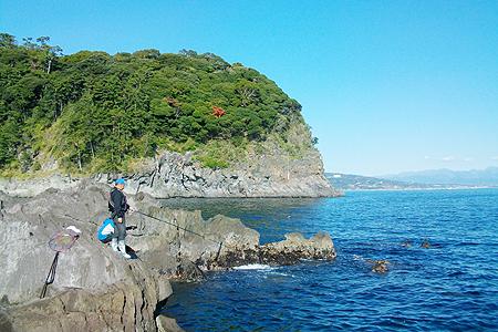 神奈川県・真鶴半島の地磯で竿を出すウキフカセ師