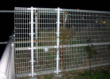 杉田臨海緑地の右端のフェンス際で竿を出す