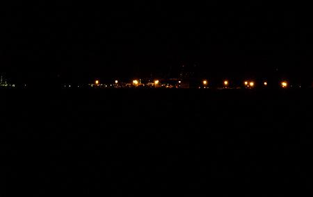 夜の横浜の釣り場はキレイ。工場からの光が水面に反射