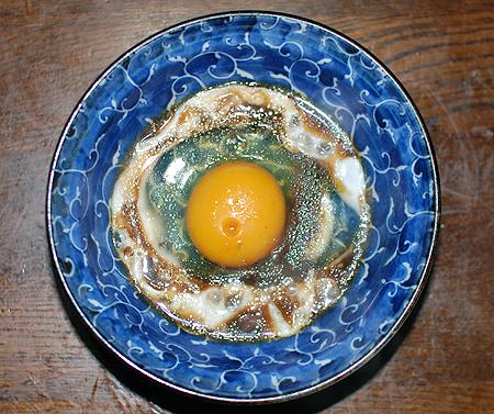 キンメダイの煮付けの煮汁が入った生卵をレンジでチン