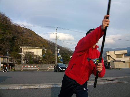 西伊豆・戸田港の新岸壁で改良フォームで竿を振るオダ マルソウダ