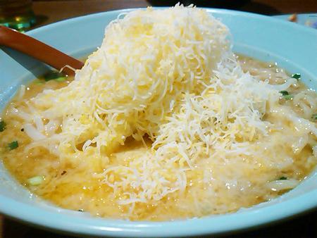 くるまやラーメン大仁店のチーズみそラーメンを横から見たところ