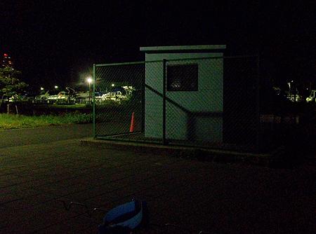 夜の杉田臨海緑地で竿を出したフェンスに囲まれた小屋の横