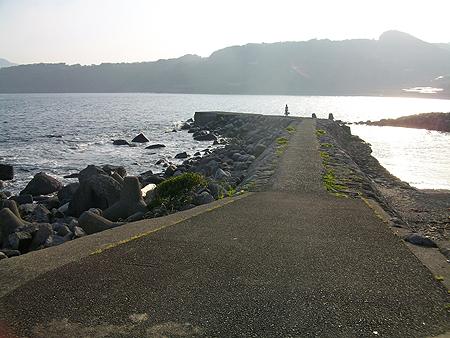 東伊豆・稲取銀水荘前 藤山の堤防
