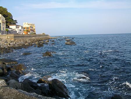 東伊豆・稲取銀水荘前 藤山の堤防先端の左側