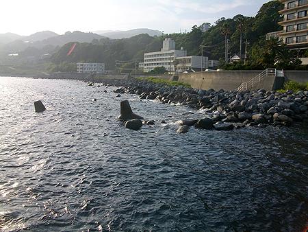 東伊豆・稲取銀水荘前 藤山の堤防先端の右側