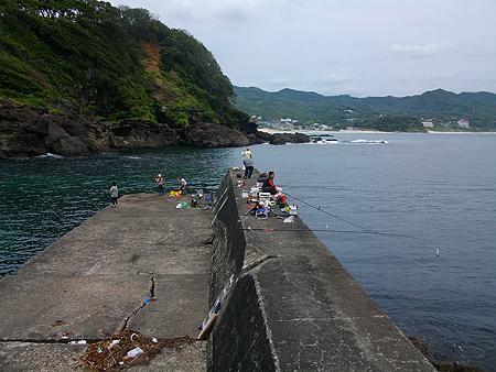 南伊豆・板見港の一段低くなった奥側の堤防