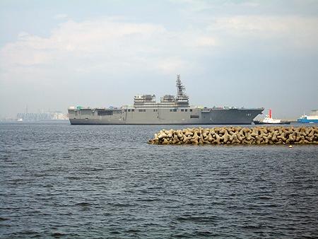 杉田臨海緑地から見えたIHIにドック入りする海上自衛隊の艦船