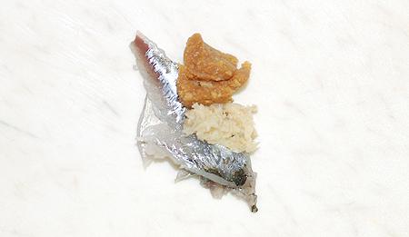 ヒイラギを味噌とおろし生姜と一緒に包丁で叩く