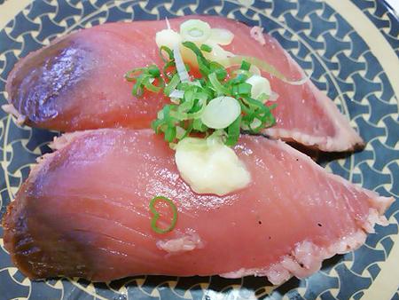 はま寿司の炭焼き鰹たたきの握り