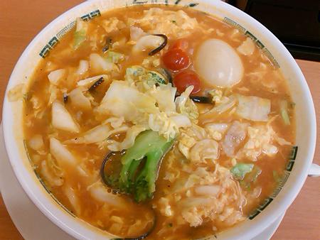 日高屋のトマト酸辣湯麺と味玉