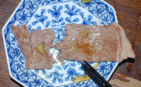秋田由利牛のサーロインステーキはやわらかく箸で切れる