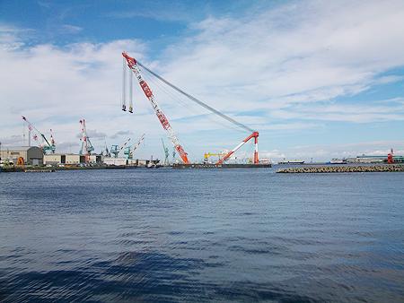 杉田臨海緑地から見える深田サルベージの作業船
