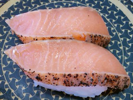 はま寿司の北海道産炙り秋鮭ガーリックペッパーの握り