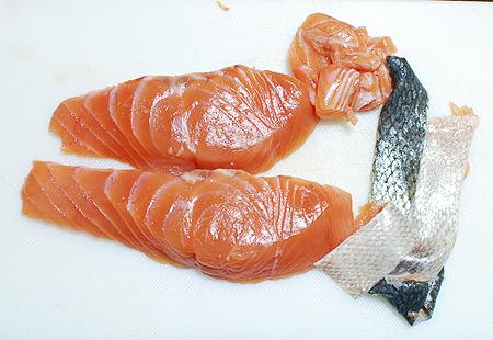 キムチ鍋にするため秋鮭の皮を剥ぐ