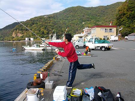 西伊豆・戸田港で竿を振るオダ マルソウダ