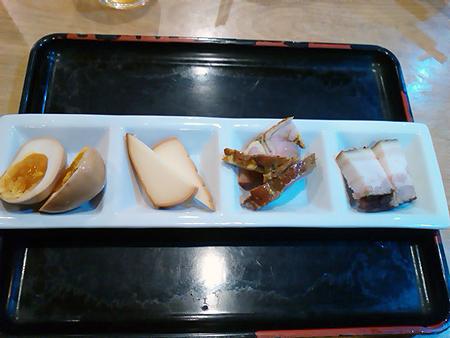サウナセンター大泉の燻製カレーのトッピング・味付け玉子、チーズ、鶏もも、ベーコン