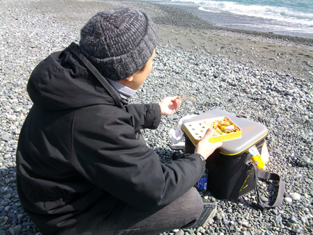 西湘・国府津海岸で崎陽軒のシウマイ弁当をパクつく
