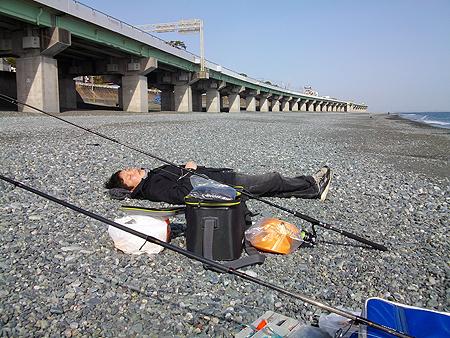 西湘・国府津海岸で昼寝