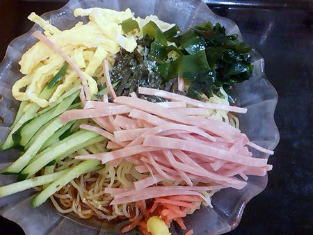 日高屋の冷やし中華「黒酢しょうゆ冷し麺」を盛り付ける