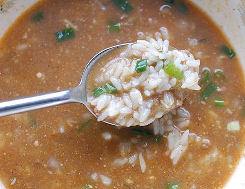 日清の「ラ王 担々麺」のシメに白飯ぶっ込み