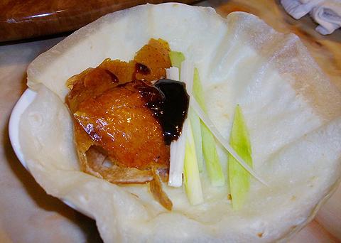 横浜中華街 北京火考鴨店の北京ダックを薄餅に包んで食べる