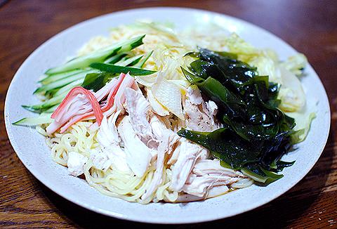 日清「ラ王 冷やし中華 しょうゆだれ」の家庭での調理例
