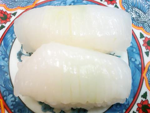 回転寿司たくみのスミイカ(コウイカ)の握り