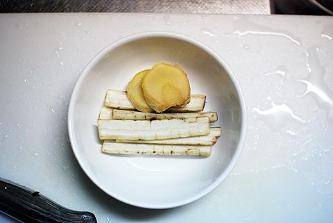 オニカサゴの姿煮の付け合せにショウガとゴボウ