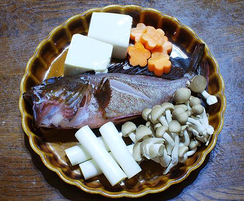 カサゴと野菜、豆腐などを並べたところ