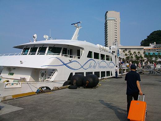 熱海港から東伊豆・初島へ向かうフェリーに乗船