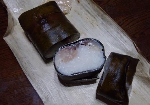 京都祇園いづうの鯖姿寿司は昆布にしっかり巻かれている