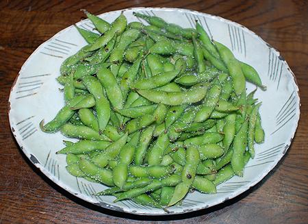 塩を全体にまぶしたら枝豆の蒸し焼きの完成
