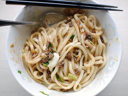 自家製・台湾まぜうどんをよく混ぜてから食べる