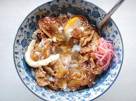 桃屋「キムチの素」で作ったビビンバ丼は卵を全体にまぶしていただきます